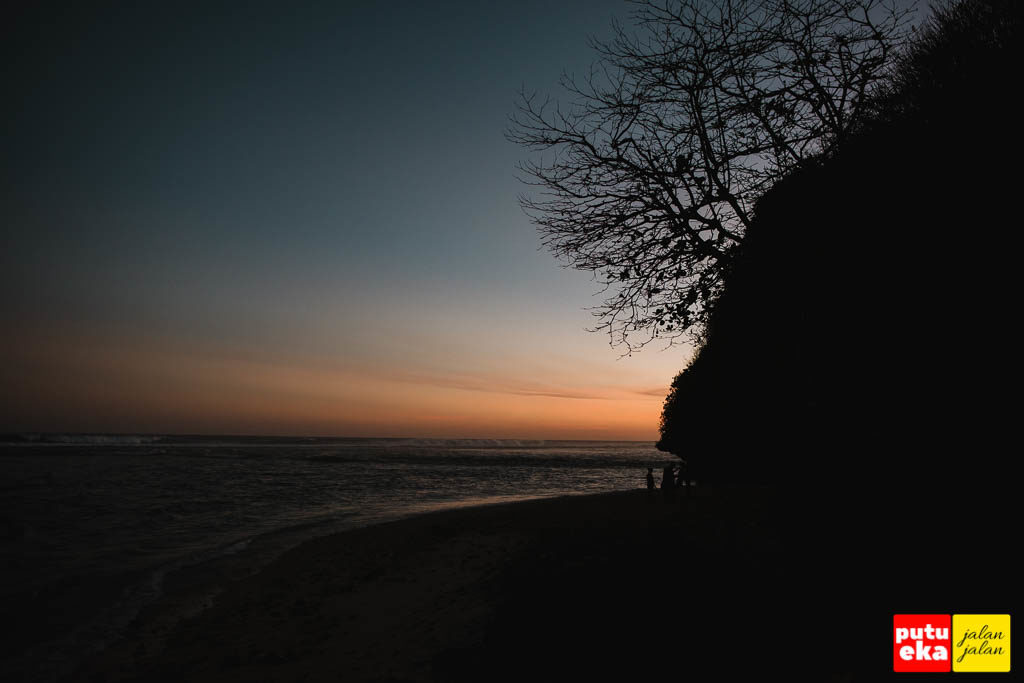 Suasana ketika matahari terbenam di Pantai Green Bowl