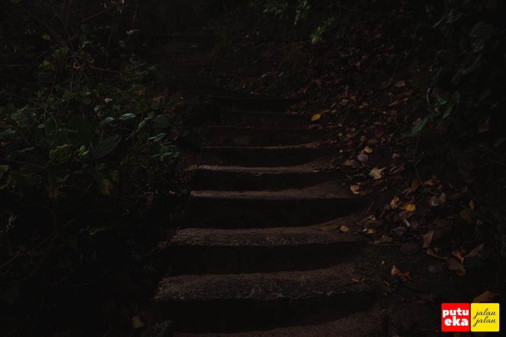 Melangkah dikegelapan menapaki anak tangga menuju keatas