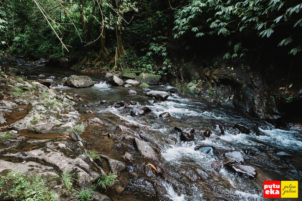 Aliran air sungai yang kemudian bersatu dengan aliran air dari air terjun