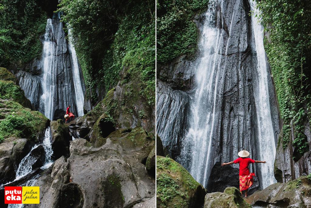 Melangkah melewati dasar air terjun