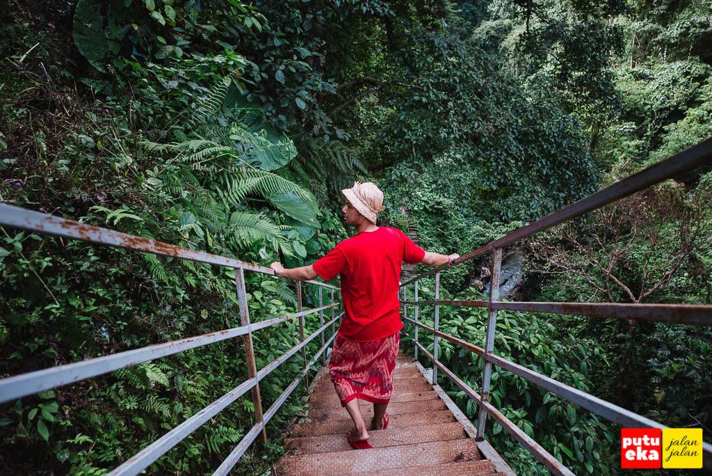 Putu Eka Jalan Jalan menuruni tangga besi dengan 90 anak tangga