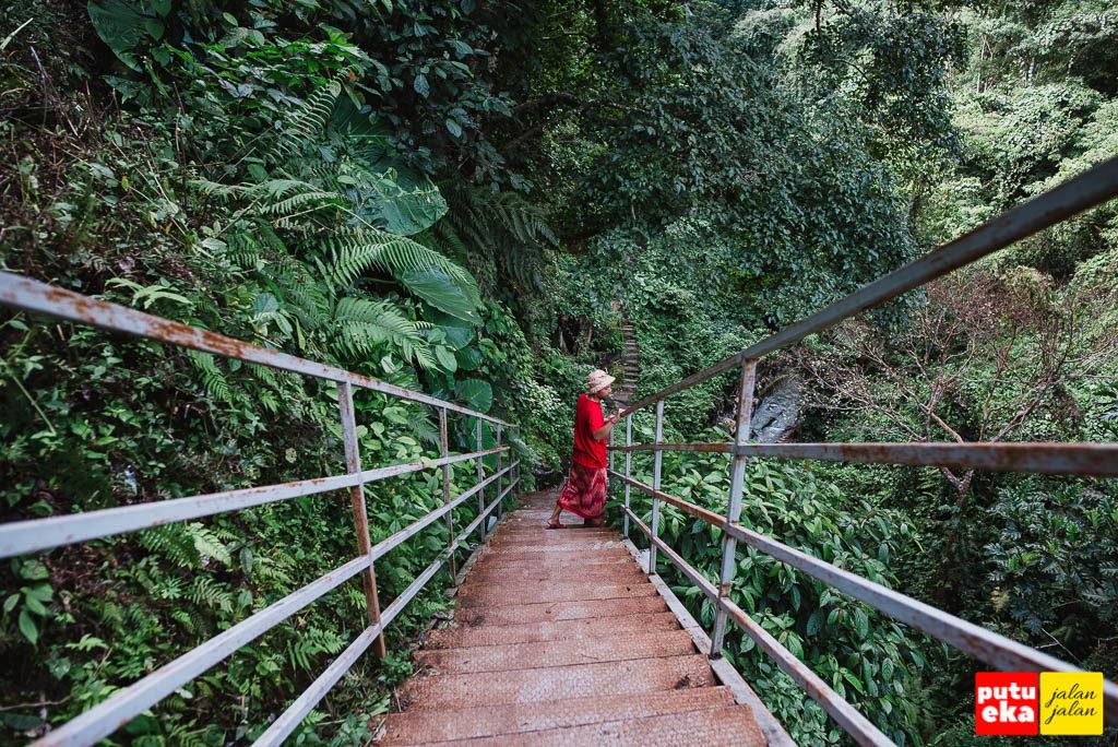 Melihat ke lembah di bawah tangga besi