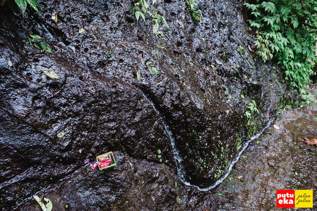Canang dihaturkan disalah satu tebing demi keselamatan pengunjung
