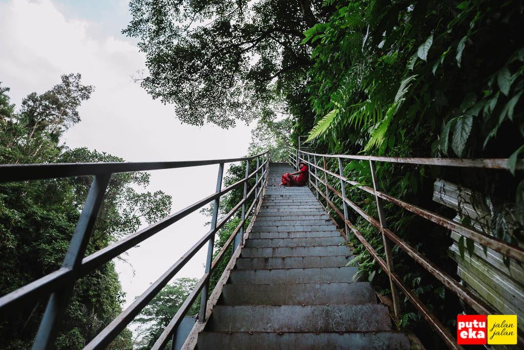 Beristirahat sejenak di anak tangga karena ngos-ngosan