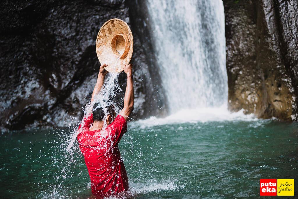 Membasahi diri merasakan kesegaran air