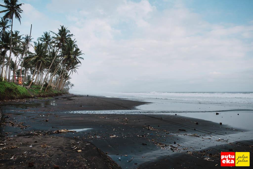 Pantai berpasir hitam yang terkenal denganlegenda balap liar