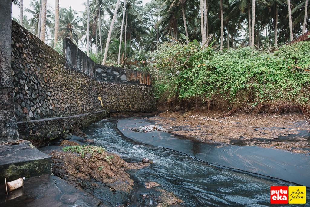 Sungai kecil yang mengalir menuju pantai