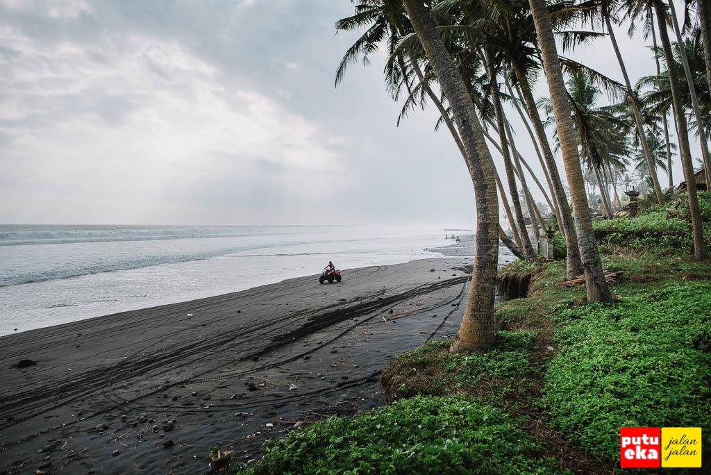 Pengendara ATV sedang melintas di pantai