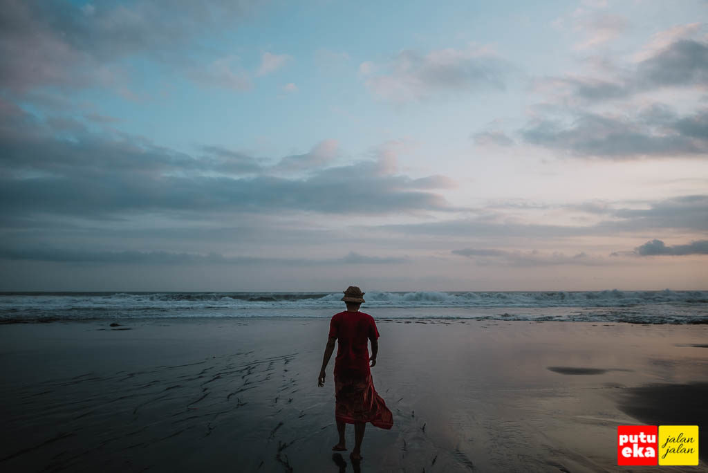 Melangkah diantara guratan samar di pantai