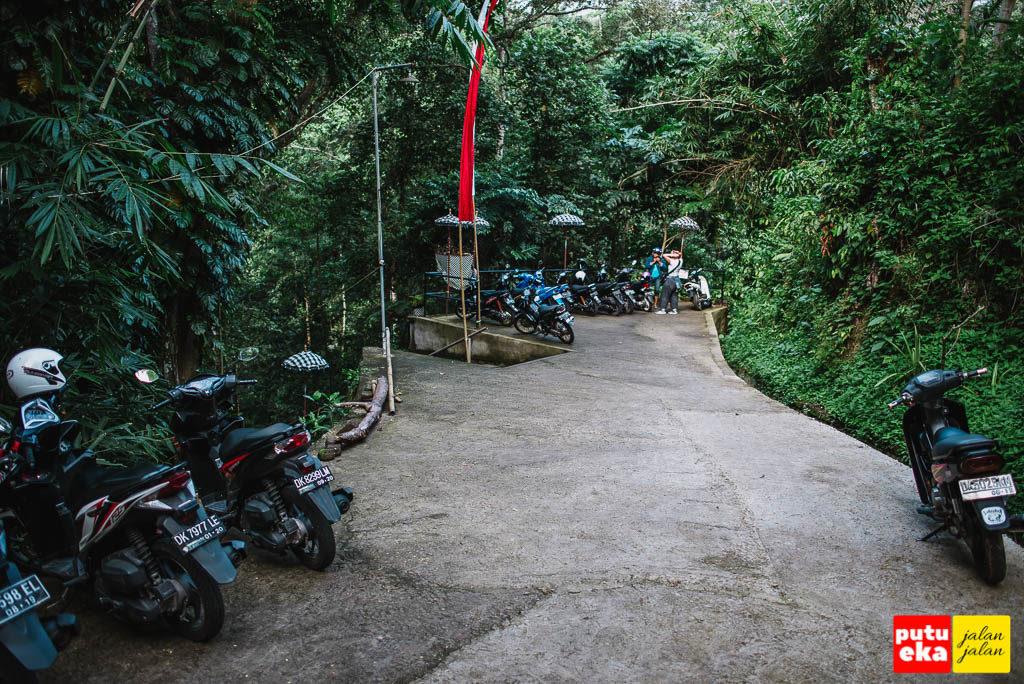 Jalan menuju tempat parkir motor