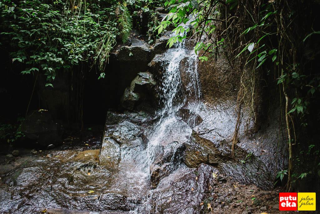 Aliran air yang kecil ditengah perjalanan menuju ke dasar air terjun