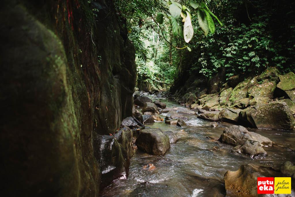 Aliran air sungai di Air Terjun Kanto Lampo