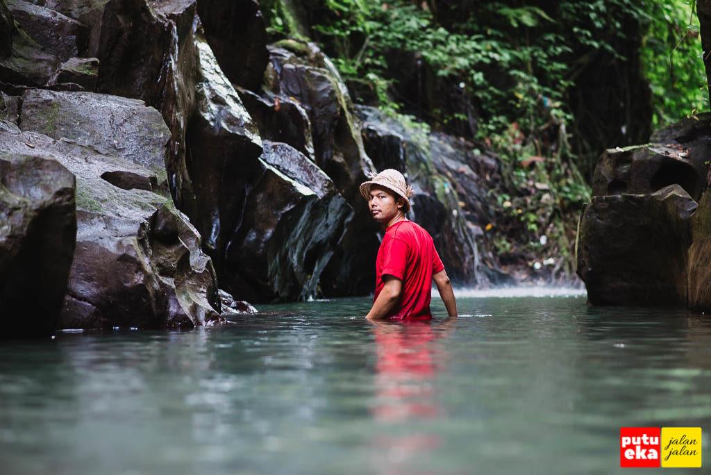 Putu Eka Jalan Jalan mencelupkan diri ke sungai sedalam pinggang