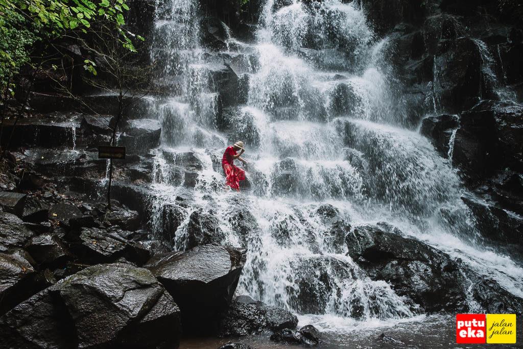 Menunduk merasakan derasnya aliran air terjun di punggung