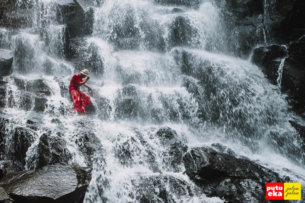 Aliran Air Terjun Kanto Lampo yang memijat badan Putu Eka Jalan Jalan