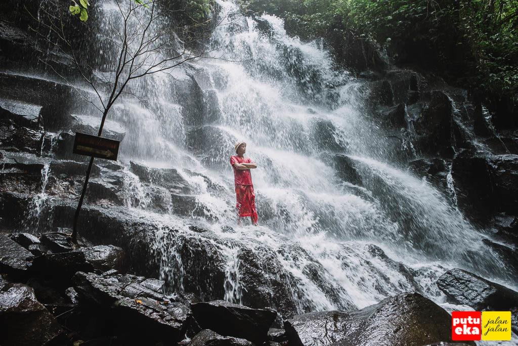 Gempuran air dari air terjun yang sangat berasa dikaki ketika berdiri di tebingnya