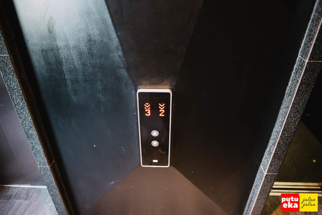 Tombol lift yang siap membawa kita dari lantai ke lantai