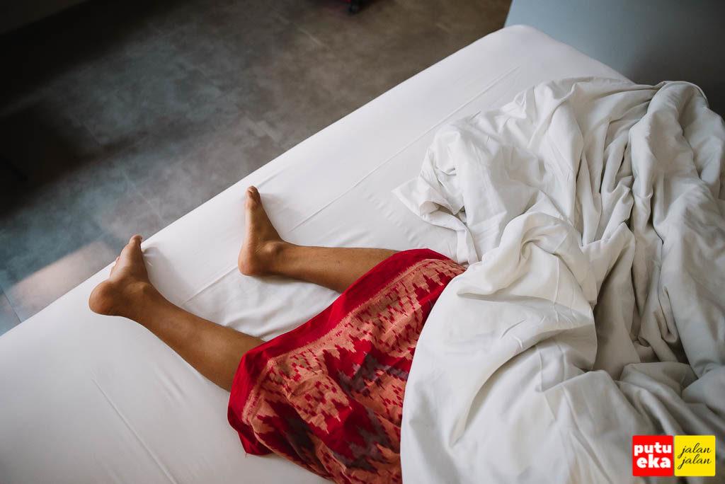 Tidak terasa saking nyenyaknya tidur, selimut sampai tersingkap