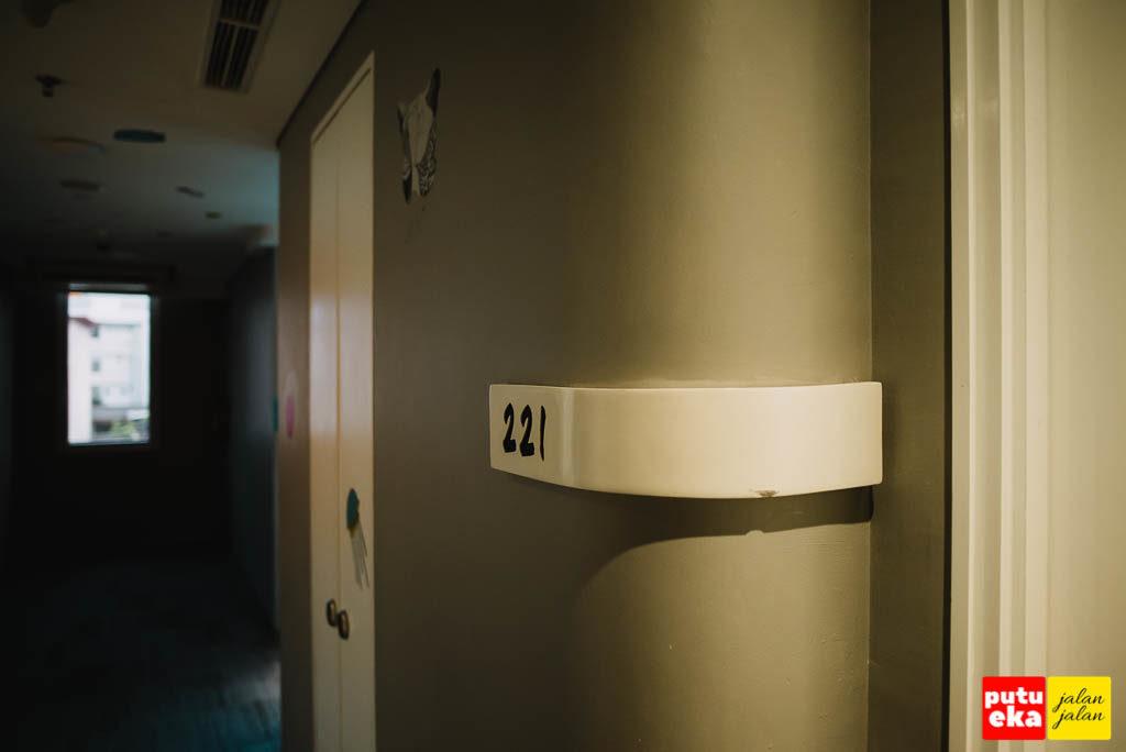 Kamar nomor 221 tempat Putu Eka Jalan Jalan menginap