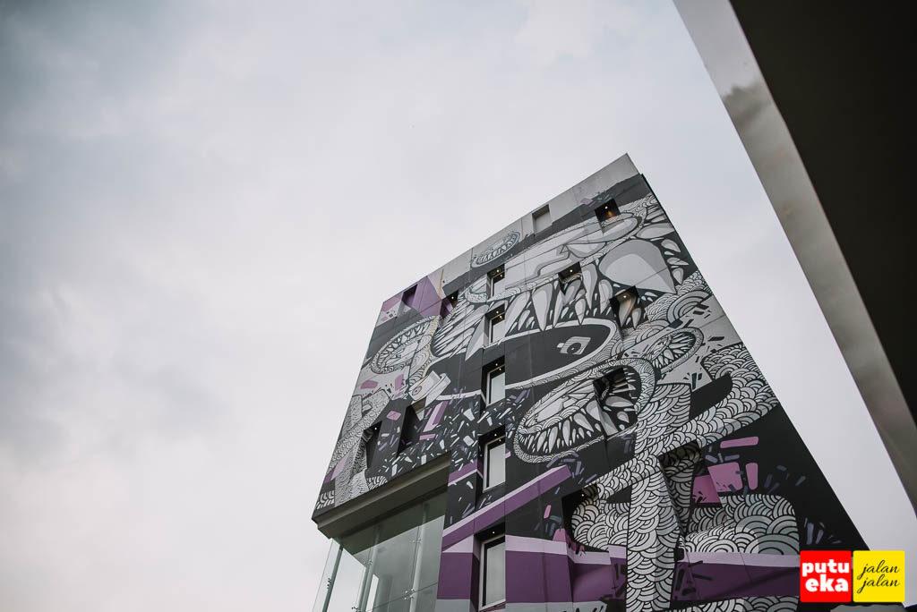 Bangunan Artotel bagian luar yang terbungkus dengan karya seniman lokal