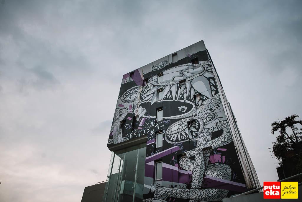 Bangunan hotel menjadi canvas seniman lokal