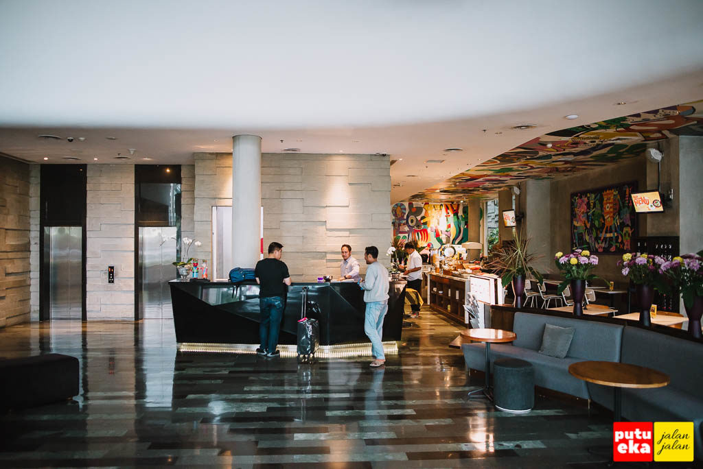 Lobby dilihat dari pintu masuk hotel
