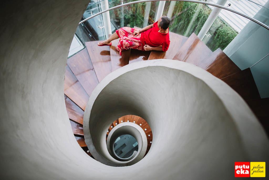 Duduk manis di tangga melingkar Artotel