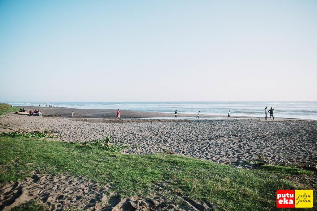 Pantai Tampih yang datar dengan rumput kehijauan