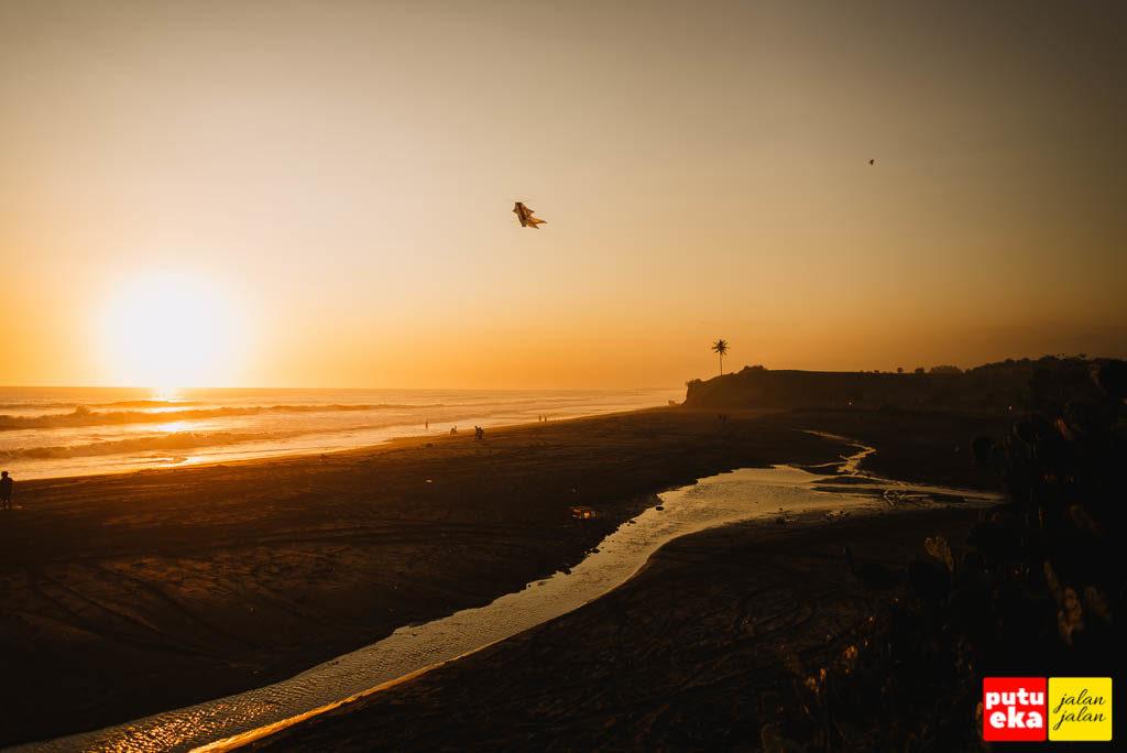 Matahari terbenam keemasan Pantai Tampih