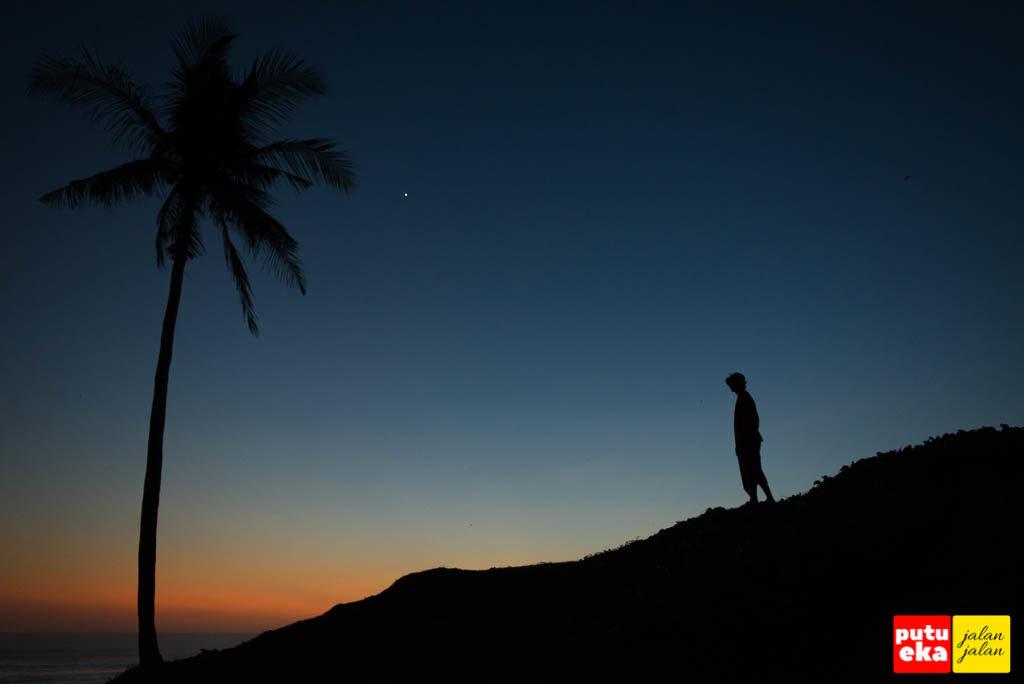 Matahari terbenam sudah menyelinap ke ufuk barat menyisakan semburat jingga
