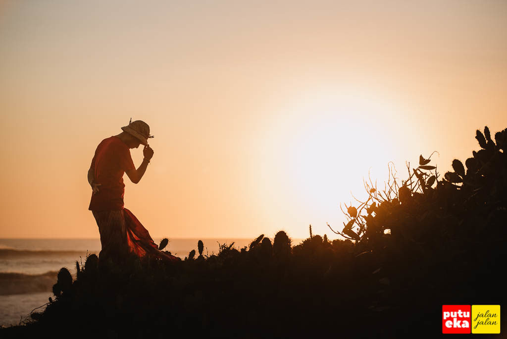 Menguji kekebalan dengan berdiri ditengah tanaman kaktus