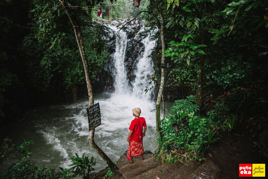 Putu Eka Jalan Jalan siap melompat di Air Terjun Kroya