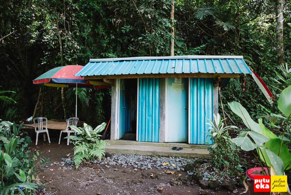 Bangunan beratap biru yang digunakan sebagai tempat ganti baju dan toilet