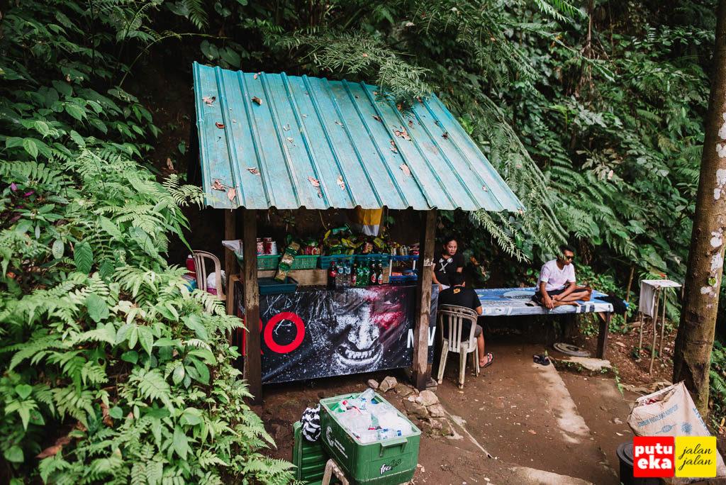 Warung yang menjual minuman dan makanan di areal air terjun