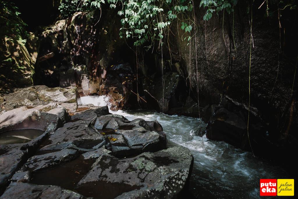 Aliran air dari dalam goa menuju air terjun