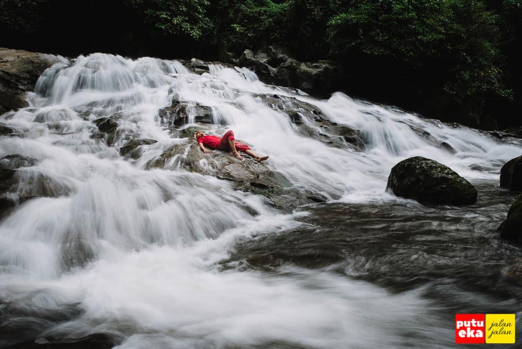 Berbaring menikmati aliran air terjun Goa Rang Reng