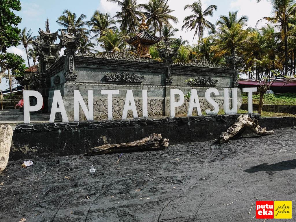 Nama Pantai Pasut yang didirikan di tepi jalan masuk