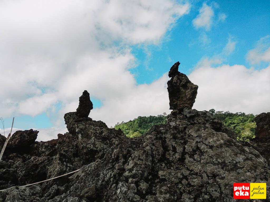 Rock balancing atau stone balancing dari batuan lava hitam