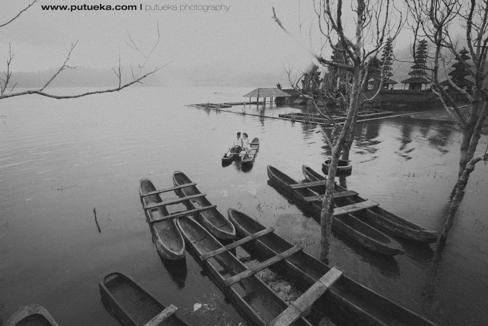 Photo jaman dahulu dari PutuEka Photography ketika air danau membanjiri pura