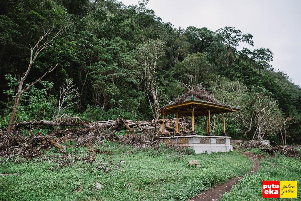 Gazebo yang terkena pohon tumbang
