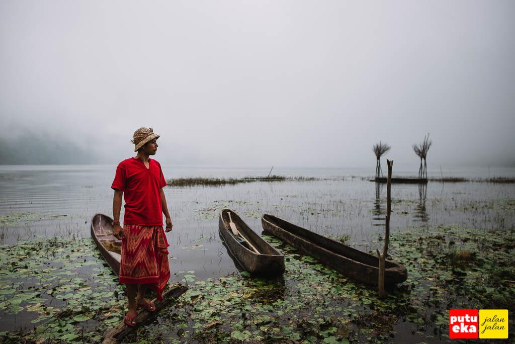 Perahu tadisional dari kayu membuat danau mempunyai daya tarik tersendiri