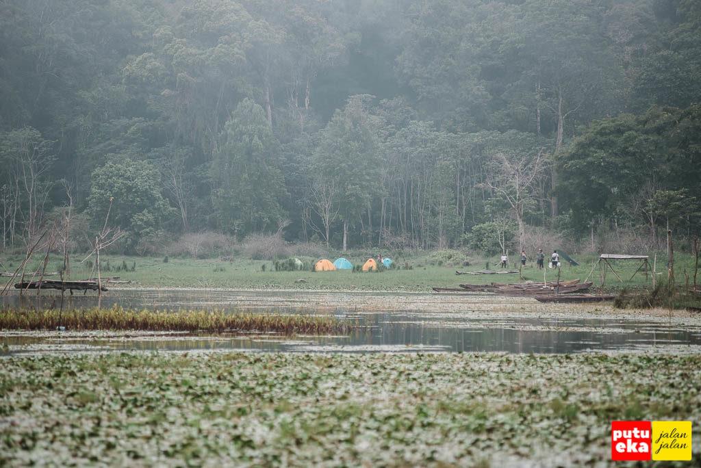 Tenda warna-warni dari para pengunjung yang sedang bekemah di pinggir danau