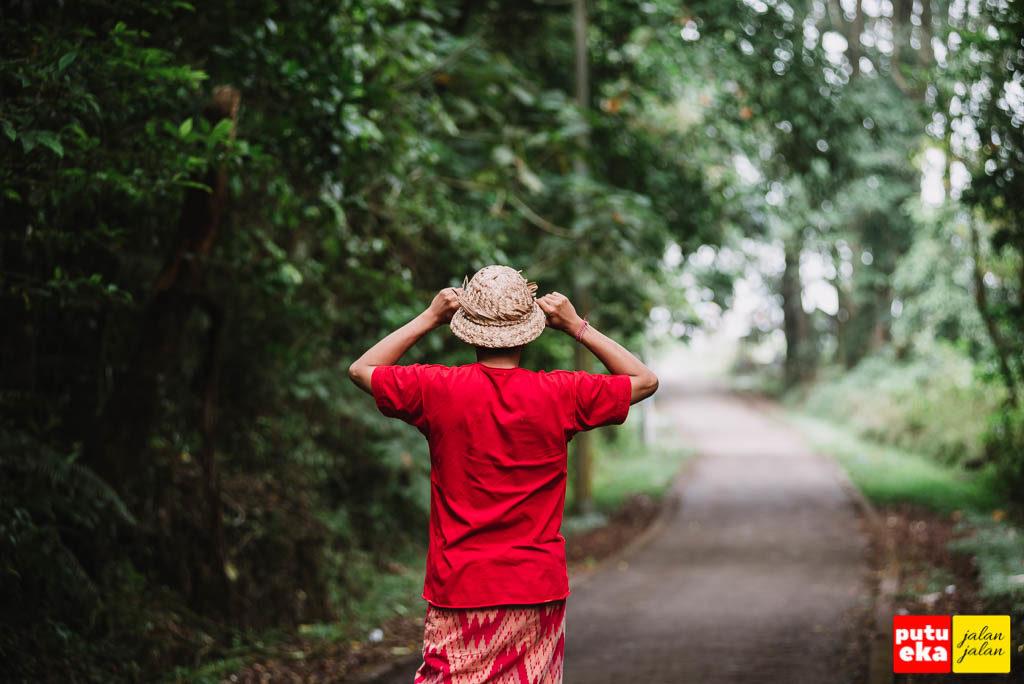 Berdiri ditengah jalan menuju danau