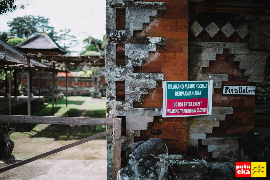 Tanda peringatan agar tidak memasuki Pura Dalem kecuali bersembahyang
