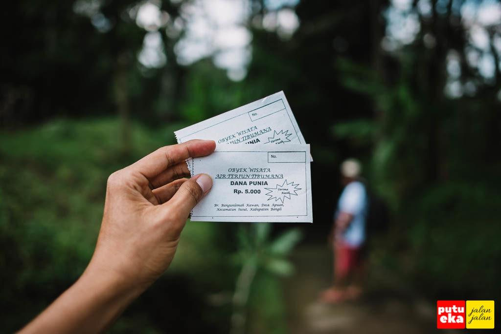 Dua tiket di tangan seharga 5 ribu rupiah per tiket