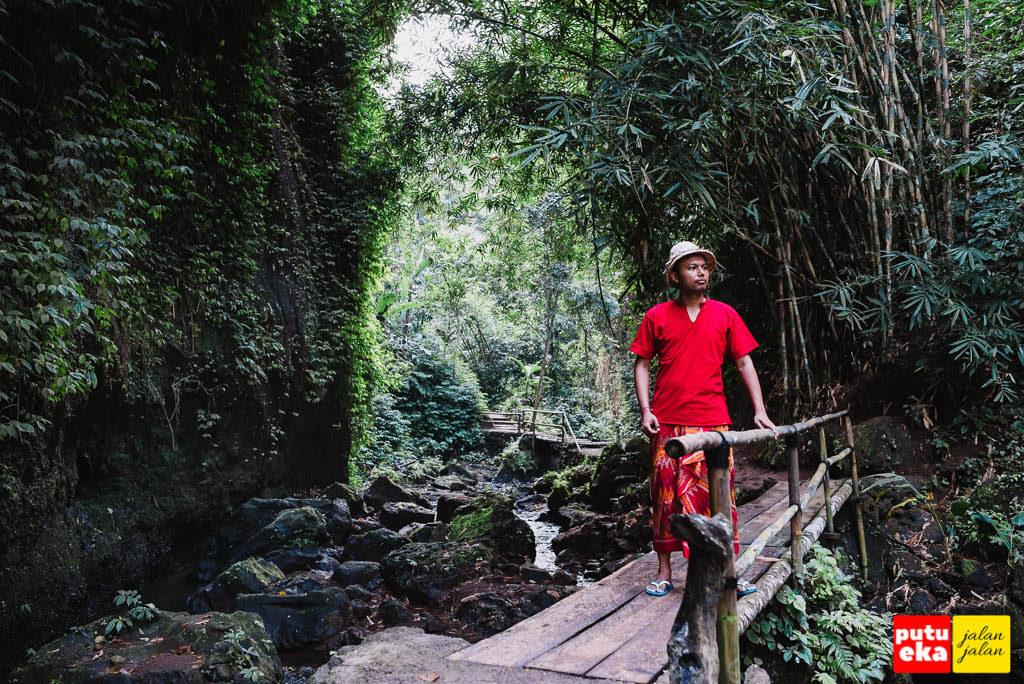Putu Eka Jalan Jalan berada diatas jembatan Air Terjun Tibumana