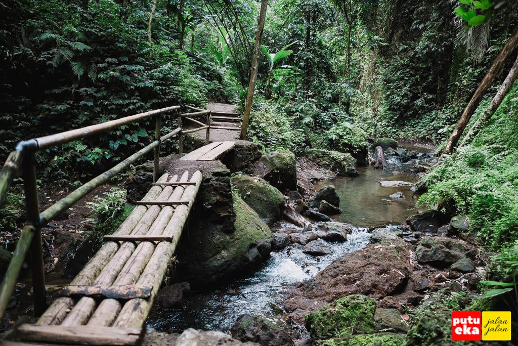 Jembatan kedua menuju air terjun