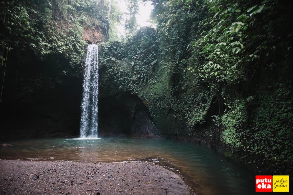 Air Terjun Tibumana dengan kehijauan disekeliling tebingnya