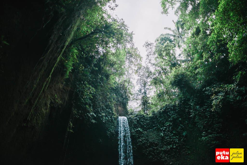 Air Terjun Tibumana yang berbentuk setengah lingkaran