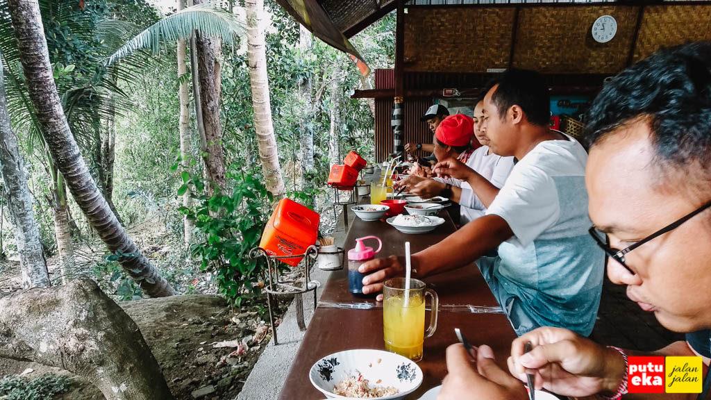 Para penyuka kuliner sedang menikmati hidangan